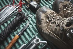 Wycieczkujący buty i inny przekładnia zdjęcia royalty free