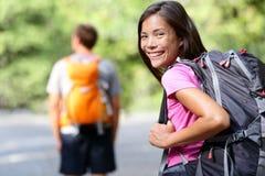 Wycieczkujący ludzie - młoda wycieczkowicz dziewczyna szczęśliwa w Yosemite Zdjęcia Royalty Free