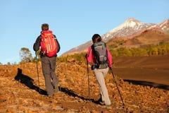 Wycieczkujący ludzie - zdrowa aktywna styl życia para Obraz Royalty Free