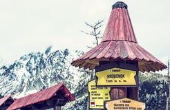Wycieczkujący podpisuje wewnątrz Hrebienok, Wysokie Tatras góry, błękita filtr Obraz Royalty Free