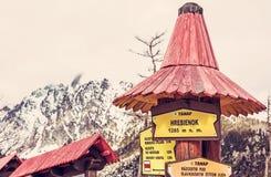 Wycieczkujący podpisuje wewnątrz Hrebienok, Wysokie Tatras góry, czerwień filtr Obraz Stock