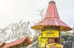 Wycieczkujący podpisuje wewnątrz Hrebienok, Wysokie Tatras góry, koloru żółtego filtr Obraz Royalty Free