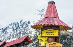 Wycieczkujący podpisuje wewnątrz Hrebienok, Wysokie Tatras góry, Sistani Zdjęcie Royalty Free