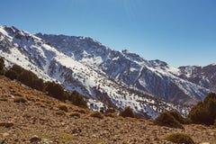 Wycieczkujący w górach Morroco, Wysoki atlant, obraz royalty free