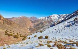 Wycieczkujący w górach Morroco, Wysoki atlant, zdjęcia royalty free