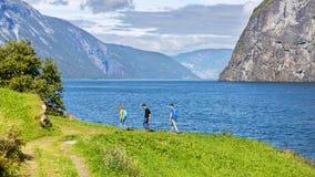 Wycieczkujący wzdłuż Aurlandsfjord, Norwegia obraz stock