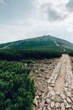 Wycieczkuje droga wysoka góra w republika czech Snez fotografia royalty free