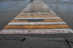 Wycierający zwyczajny skrzyżowanie zebry na mokrym asfalcie fotografia stock
