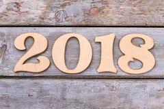 Wycinanki drewniana liczba 2018 na starym drewnianym tle Fotografia Stock