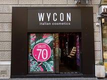 Wycon logo på deras mainstore för Serbien Wycon är en italiensk skönhetsmedelåterförsäljare royaltyfri foto