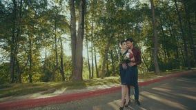 Wyczulony plenerowy portret delikatnie dotyka w parku piękna para zbiory wideo