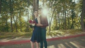 Wyczulony plenerowy portret piękna szczęśliwa para delikatnie dotyka w parku zdjęcie wideo