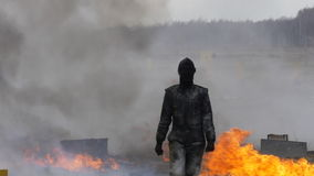 Wyczyn kaskaderski dziewczyna w ognistym wybuchu swobodny ruch zbiory wideo