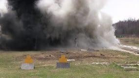 Wyczyn kaskaderski dziewczyna w ognistym wybuchu swobodny ruch zdjęcie wideo