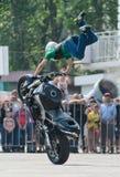 Wyczynu kaskaderskiego jeździec na sporta rowerze na wyczyn kaskaderski bitwie, Obrazy Royalty Free