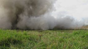 Wyczynu kaskaderskiego mężczyzna na ogieniu podczas filmming wybuch zbiory