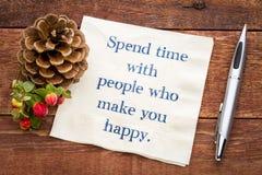 Wydaje czas z ludźmi które robią was szczęśliwi obraz stock