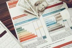 Wydajności Energii świadectwo z żarówkami na stole zdjęcia royalty free