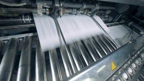 Wydawać drukowany papier na tocznym konwejerze zdjęcie wideo