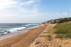 Wydmowa roślinność i Opróżnia plażę Przeciw Błękitnej linii horyzontu Zdjęcie Royalty Free