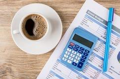 Wydruk budżet, kalkulator, pióro i kawa w filiżance wydarzenia, zdjęcia stock