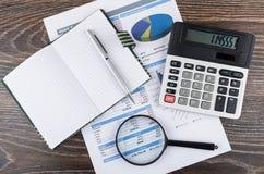 Wydruk z mapą, kalkulator, powiększa - szkło, notepad i p, obraz royalty free