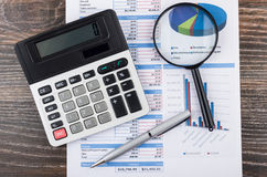 Wydruk z planistycznym wydarzeniem, elektroniczny kalkulator, powiększa zdjęcie royalty free