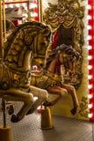 Wygłupy retro carousel z złotymi koni lustrami, lampami i Zdjęcia Royalty Free