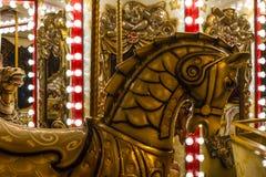 Wygłupy retro carousel z złotymi koni lustrami, lampami i Obrazy Stock