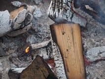 Wygasły ogień z drewnem i popiółami zdjęcie stock