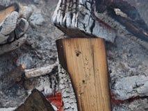 Wygasły ogień z drewnem i popiółami zdjęcia royalty free