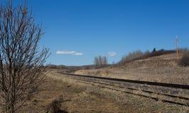 Wyginać się linię kolejową w brown wiosna krajobrazie Obrazy Stock