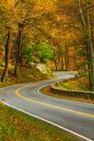 wyginająca się droga Na linii horyzontu przejażdżce Obrazy Royalty Free