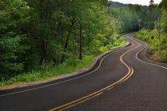 Wyginająca się droga w górach Zdjęcia Royalty Free