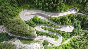 Wyginająca się droga z samochodami i pięknym lasu krajobrazem Bicaz wąwozy, Rumunia zbiory wideo