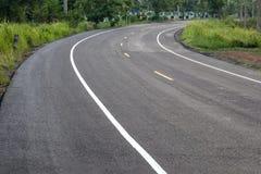 Wyginająca się drogowa powierzchnia, która brukująca jest nowa Obraz Royalty Free