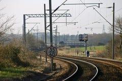 Wyginająca się lokalna linia kolejowa z zasięrzutnymi kablami Obrazy Royalty Free
