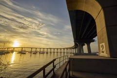 Wyginający się Coronado most przy wschodem słońca nad San Diego zatoką obrazy stock