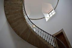 Wyginający się kamienny schody z żelaznym poręczem, białymi ścianami, drzwi i okno, compostela de Santiago Spain fotografia royalty free
