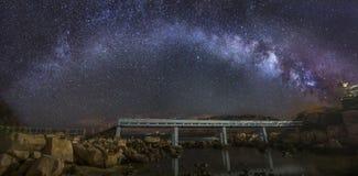 Wyginający się Milky sposób nad mostem obraz stock