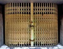 Wyginający się ochrony trellis wciągany drzwi obraz royalty free