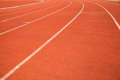 Wyginający się pasmo atletyka tropi w sporta stadium Zdjęcie Stock