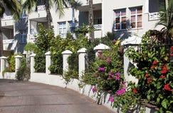 Wyginający się podjazd Graniczący ogródami na emerytura kompleksie fotografia royalty free