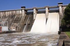 Wygnanie woda po ulewnych deszczów w embalse De Puente Nuevo obraz royalty free