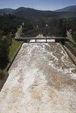 Wygnanie woda po ulewnych deszczów w embalse De Puente Nuevo Guadiato rzeka obrazy royalty free