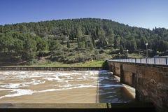 Wygnanie woda po ulewnych deszczów w rezerwuarze Puente Nuevo rzeka Guadiato fotografia stock