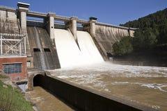 Wygnanie woda po ulewnych deszczów w rezerwuarze Puente Nuevo rzeka Guadiato zdjęcia stock
