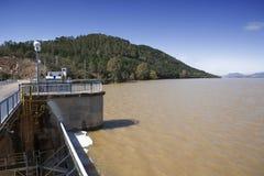 Wygnanie woda po ulewnych deszczów w rezerwuarze Puente Nuevo rzeka Guadiato fotografia royalty free