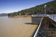 Wygnanie woda po ulewnych deszczów w rezerwuarze Puente Nuevo rzeka Guadiato zdjęcia royalty free