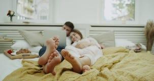 Wygodna atmosfera w sypialni parze po śniadaniowego dopatrywania coś gruntowny przytulenie i each notatnik romantyczni zbiory wideo